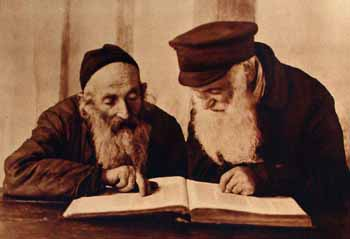 """Alter Kacyzne, """"Pinsk Jews Reading Mishnah,"""" 1924. Source: YIVO Institute for Jewish Research via Wikimedia Commons."""